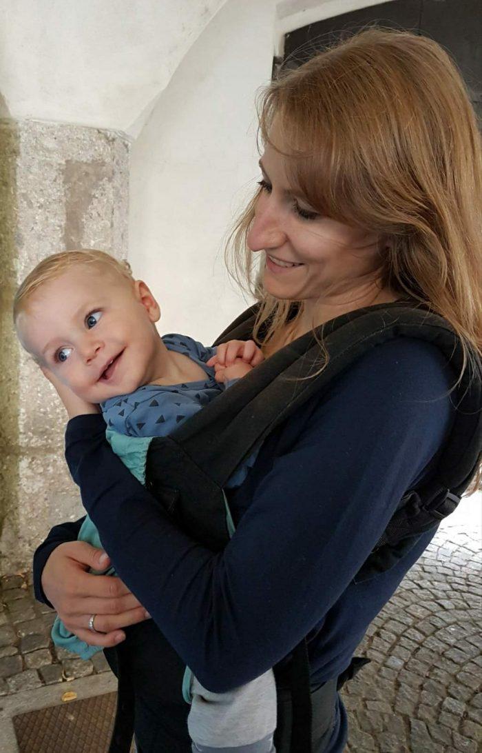 Stoffwindelberaterin mit Baby in Trage